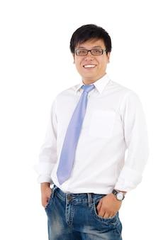 Rijpe indonesische zakenman die, geïsoleerde witte achtergrond glimlachen