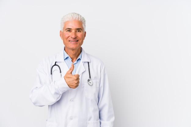 Rijpe kaukasische artsenmens die en duim glimlacht opheft