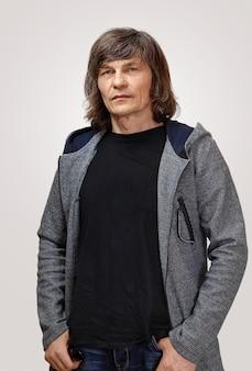 Rijpe knappe man met lang grijzend haar.