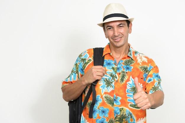 Rijpe knappe toeristenmens klaar voor geïsoleerde vakantie