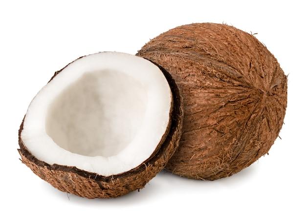 Rijpe kokosnoot en halve close-up op een wit