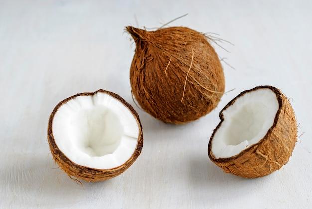 Rijpe kokosnoten op grijs