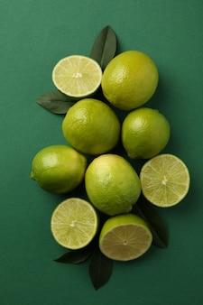 Rijpe limoen op groene achtergrond, bovenaanzicht