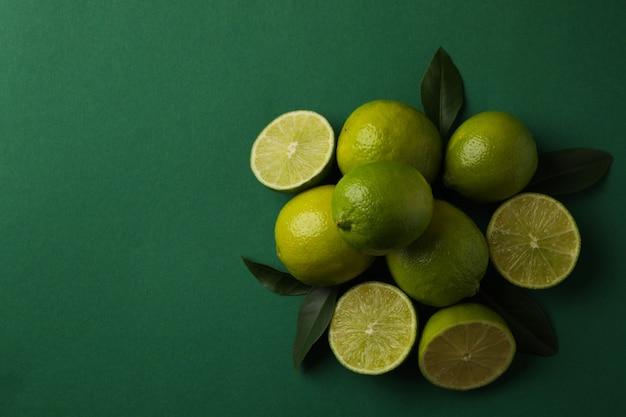 Rijpe limoen op groene achtergrond, ruimte voor tekst