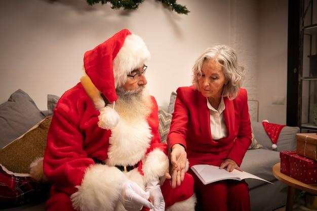 Rijpe man en vrouw samen voor kerstmis