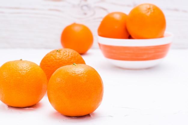Rijpe mandarijnen op een tafel en in een kom