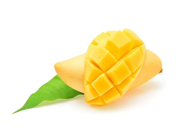 Rijpe mango die op witte achtergrond wordt geïsoleerd
