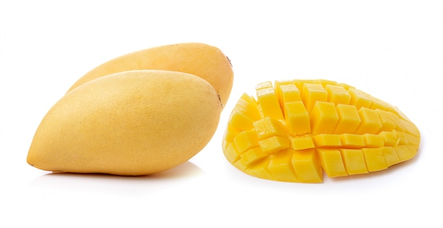 Rijpe mango die op witte ruimte wordt geïsoleerd