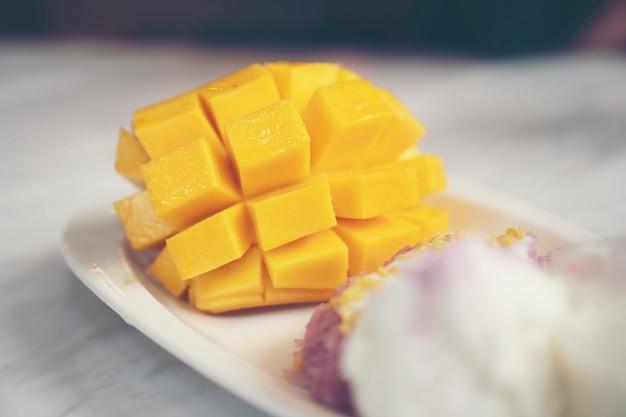 Rijpe mango en plakkerige rijst, thaise desserts