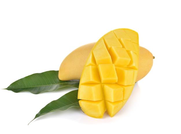 Rijpe mango met groen blad op witte achtergrond