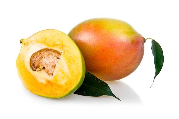 Rijpe mangovruchten met bladeren op witte achtergrond worden geïsoleerd die