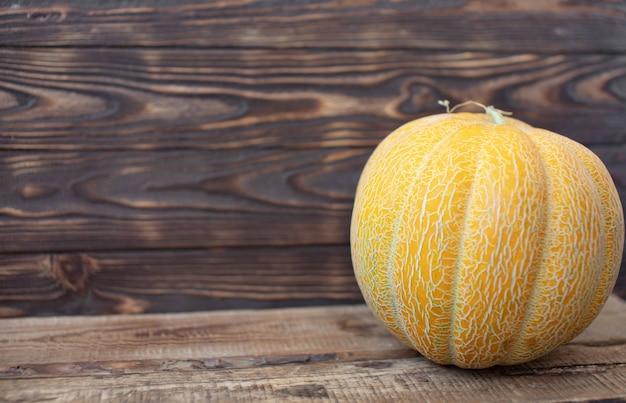 Rijpe meloen op een houten achtergrond. meloenen en een exemplaarruimte.