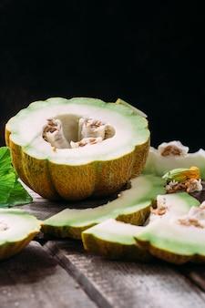 Rijpe meloen op houten achtergrond close-up