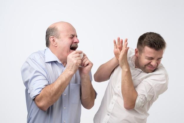 Rijpe mens die ziek en niest