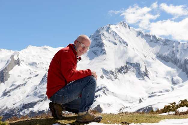 Rijpe mensenwandelaar in berg