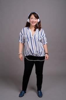 Rijpe mooie aziatische zakenvrouw