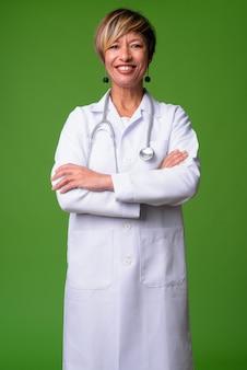 Rijpe mooie multi-etnische vrouw arts met kort haar