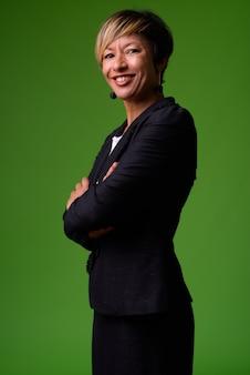 Rijpe mooie multi-etnische zakenvrouw met kort haar