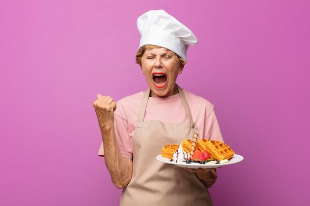 Rijpe mooie oude vrouw agressief schreeuwen, erg boos, gefrustreerd, verontwaardigd of geïrriteerd kijken, nee schreeuwen