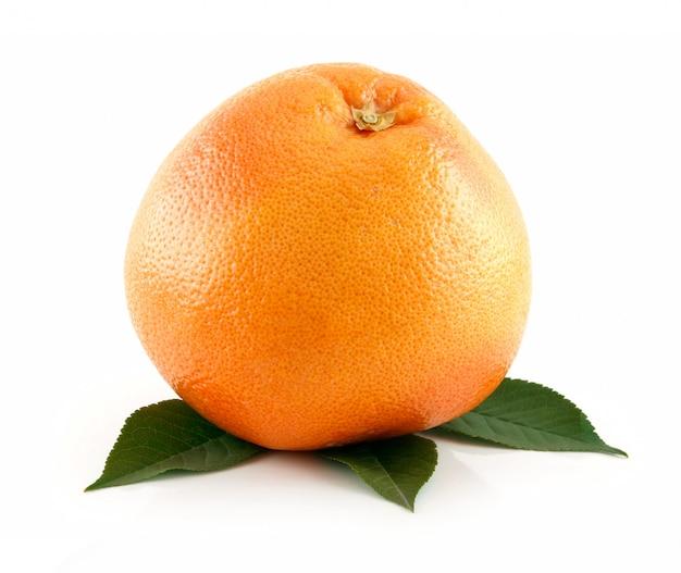 Rijpe natte grapefruit met bladeren geïsoleerd op wit