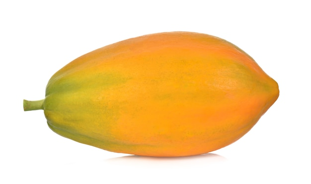Rijpe papaja die op een witte achtergrond wordt geïsoleerd