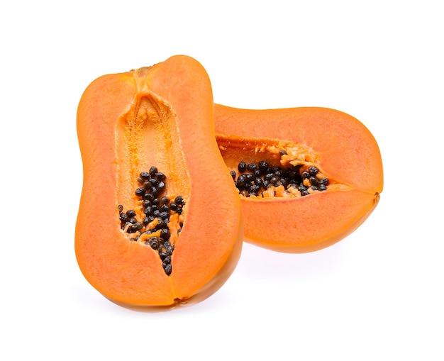 Rijpe papaja geïsoleerd op een witte achtergrond