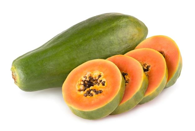 Rijpe papaja geïsoleerd op witte achtergrond