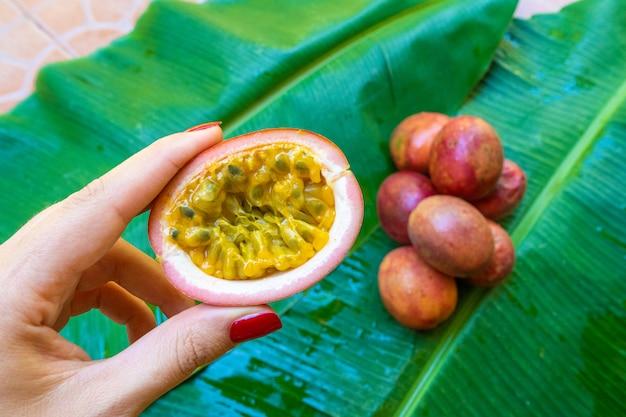 Rijpe passievrucht, op nat bananenblad. vitaminen, fruit, gezond voedsel
