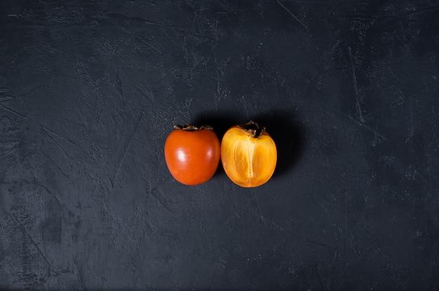 Rijpe persimmon op zwart