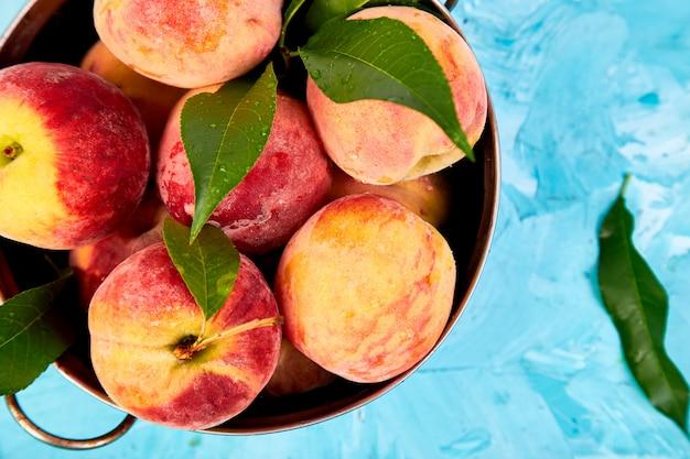 Rijpe perziken in een kom