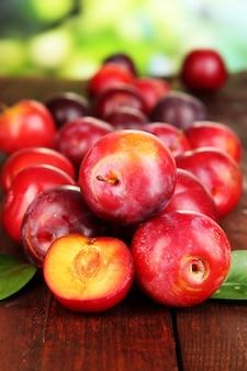 Rijpe pruimen op houten tafel
