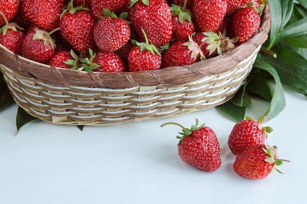 Rijpe rode aardbeien. bes in rieten mand