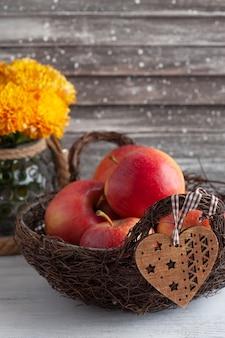 Rijpe rode appels en gele chrysant