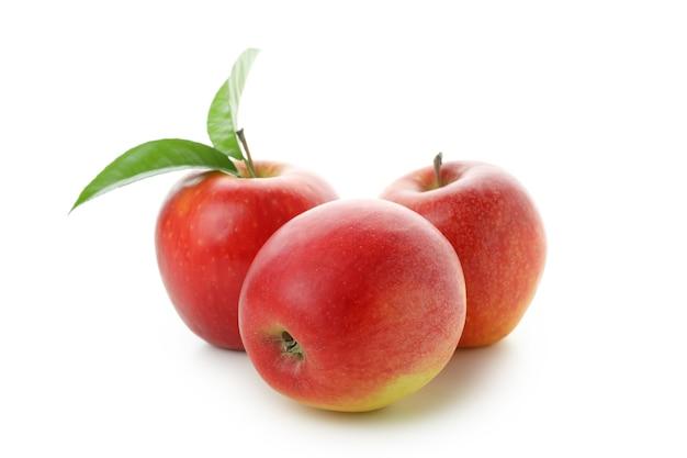 Rijpe rode appels geïsoleerd op wit