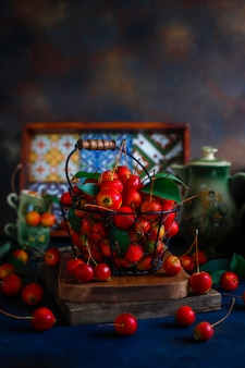 Rijpe rode appels in de mand van het opslagvoedsel