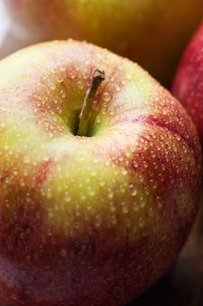 Rijpe rode appels op een houten bord