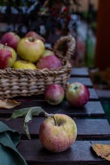 Rijpe rode appels op rustieke houten tafel