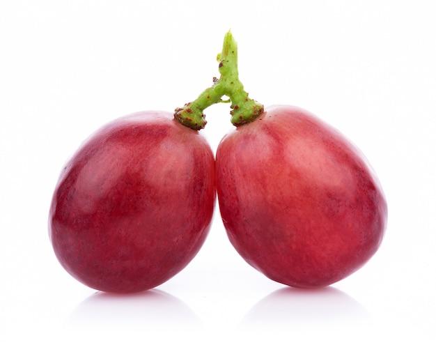Rijpe rode die druif op witte achtergrond wordt geïsoleerd
