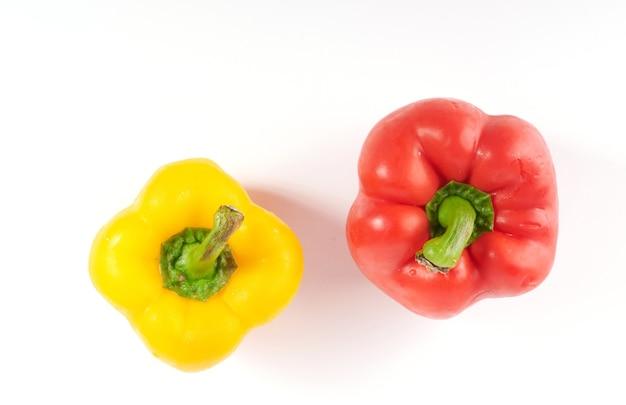 Rijpe rode en gele paprika's. geïsoleerd op wit oppervlak. paprika geïsoleerd op een wit oppervlak.