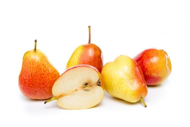 Rijpe rode gele perenvruchten die op wit worden geïsoleerd
