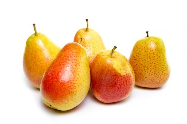 Rijpe rode gele perenvruchten die op witte achtergrond worden geïsoleerd