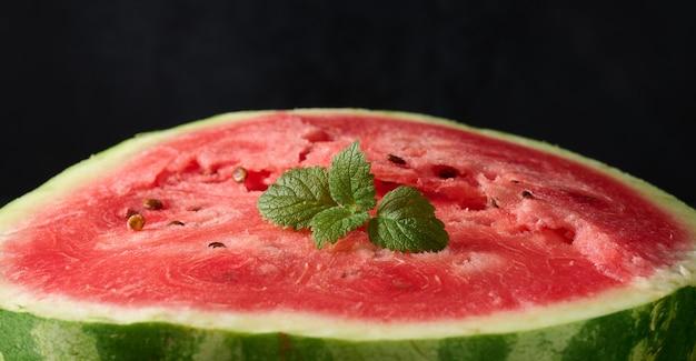 Rijpe rode watermeloen. zwarte achtergrond, close-up