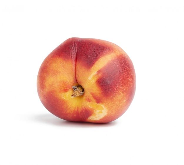 Rijpe ronde die nectarine op witte achtergrond, smakelijk en gezond fruit wordt geïsoleerd