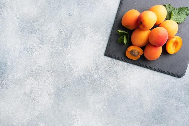 Rijpe sappige abrikozen met muntblaadjes
