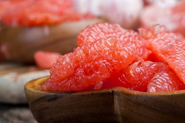 Rijpe sappige grapefruit gesneden, klaar om citrus sappige roze grapefruit te eten