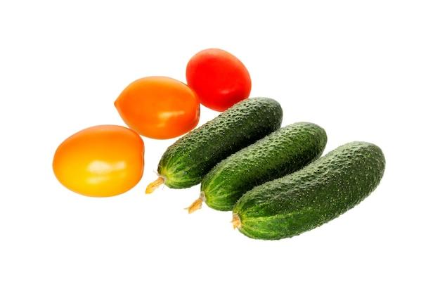 Rijpe sappige komkommers en tomaat.