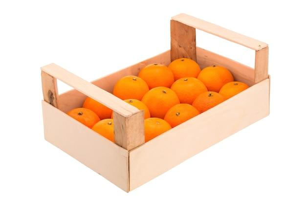 Rijpe, sappige mandarijnen in een houten kist, op een rij gestapeld en gefotografeerd op een witte achtergrond