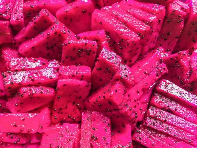 Rijpe sappige plakjes roze pitaya. Tropische dragon fruit achtergrond.