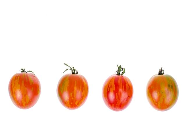 Rijpe sappige tomaten gestreepte kleuren op witte achtergrond.