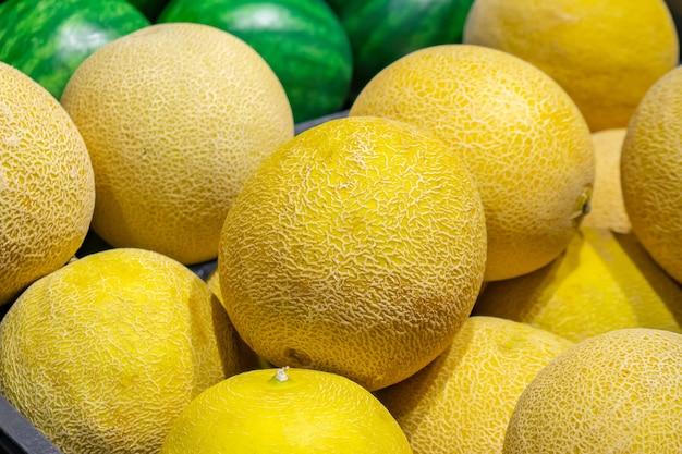 Rijpe sappige zoete meloenen op de toonbank van de supermarkt. fruit.